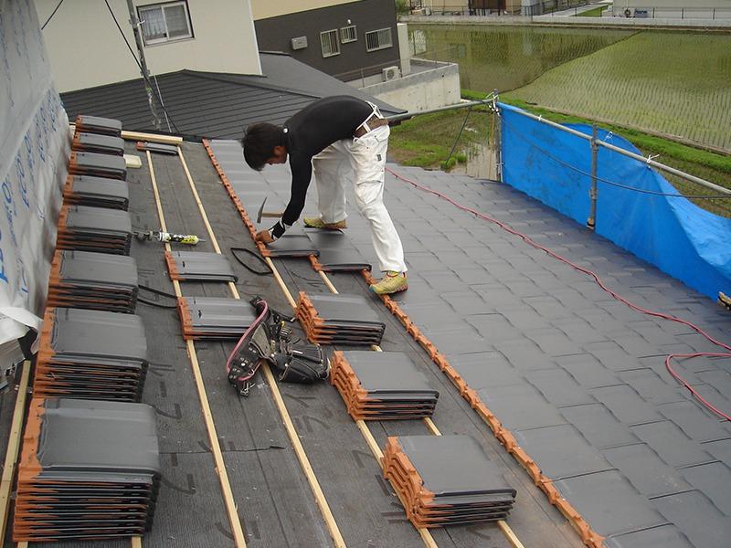 屋根瓦取り換え中